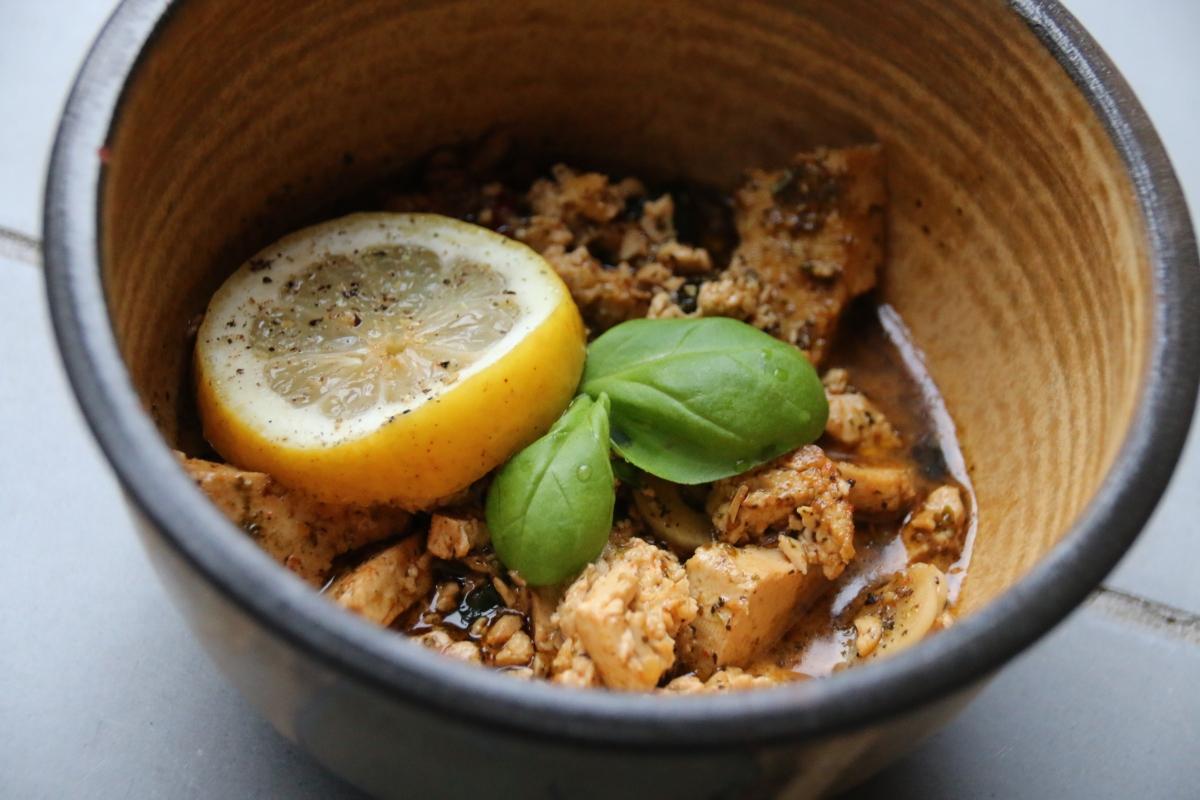 Spicy Tofu mit Basilikum, Chili und Zitrone